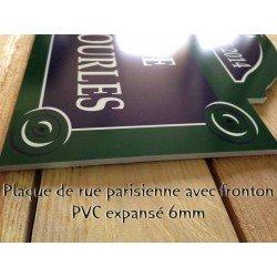 Plaque de rue parisienne avec fronton tournesol